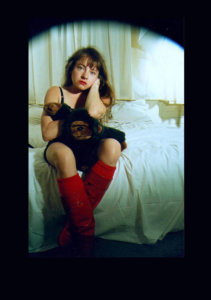 'Zittend met aap', zelfportret, kleurenfoto, 1992, 40 x 50cm