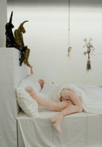 'Friendly fire bed' installatie, soft sculptures, met unicorns, rose hanging, in bed two rabbits, 2009, 700 x 800 x 400 cm