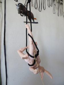 'Hanging rabbitmale', installatie, claymorf, 2015, 25 x 15 x 10 cm