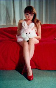 'Met benen bijeen', 1992, zelfportret kleurenfoto, 150 x 100 cm
