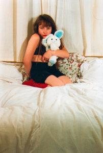 'Met blauw konijn knielend', zelfportret, kleurenfoto, 1992, 90 x 110 cm