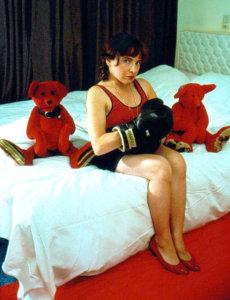 'Met rode beren bokshandschoenen', zelfportret, kleurenfoto, 1993, 150 x 100 cm