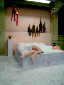 'Meating', curator tineke schuurmans, tilburg, installatie met softbed, soft sculptures, hangkonijnen, 2010, 700 x 800 x 400 cm